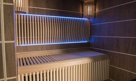 Sauna Future si zaslouží designové opěrky zad. A navíc jsou podsvícené led světly, u kterých si můžete navolit barvu podle vaší momentální nálady. Saunu vám vyrobíme a nakonfigurujeme jak si budete přát. Cena od 420.000 Kč bez DPH podle vybavení a velikosti.