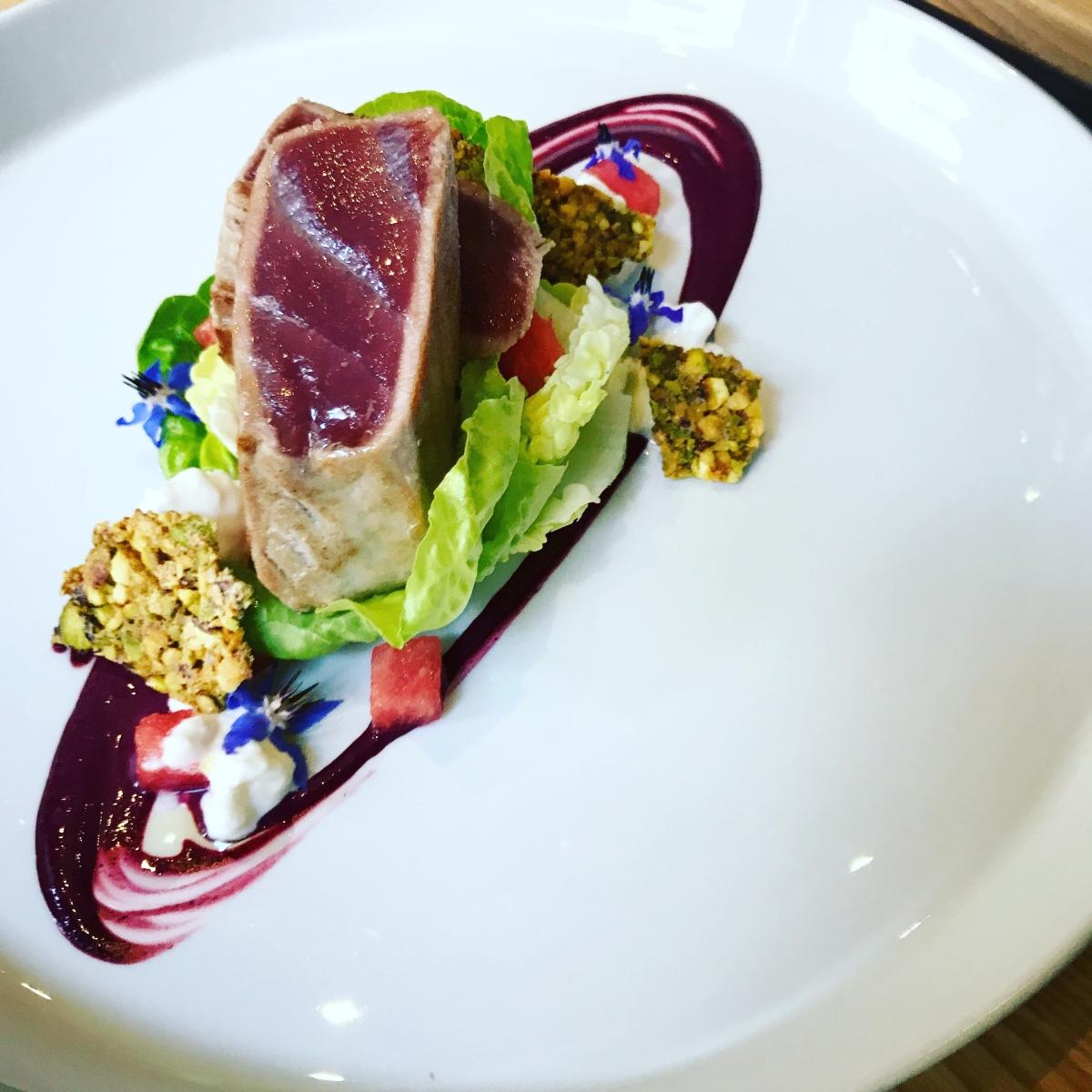 Grilovaný tuňák , listový salát, pistácie, vodní meloun, sojanéza