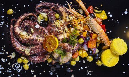 grilovana-chobotnice-restovanou-zeleninou-a-polentou