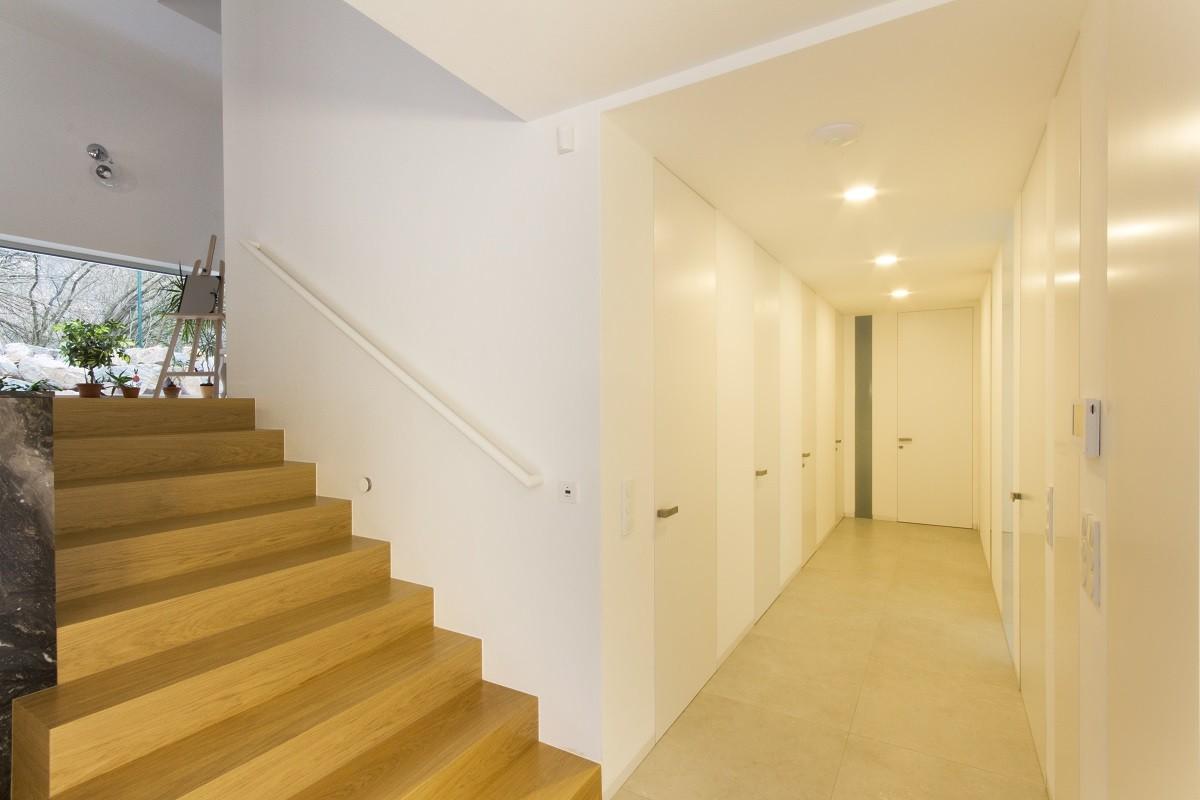 Dveře se skrytou zárubní Fortius bez horního nadpraží (otevíratelné až po strop), skryté soklové lišty LINUS, barva bílá RAL 9016