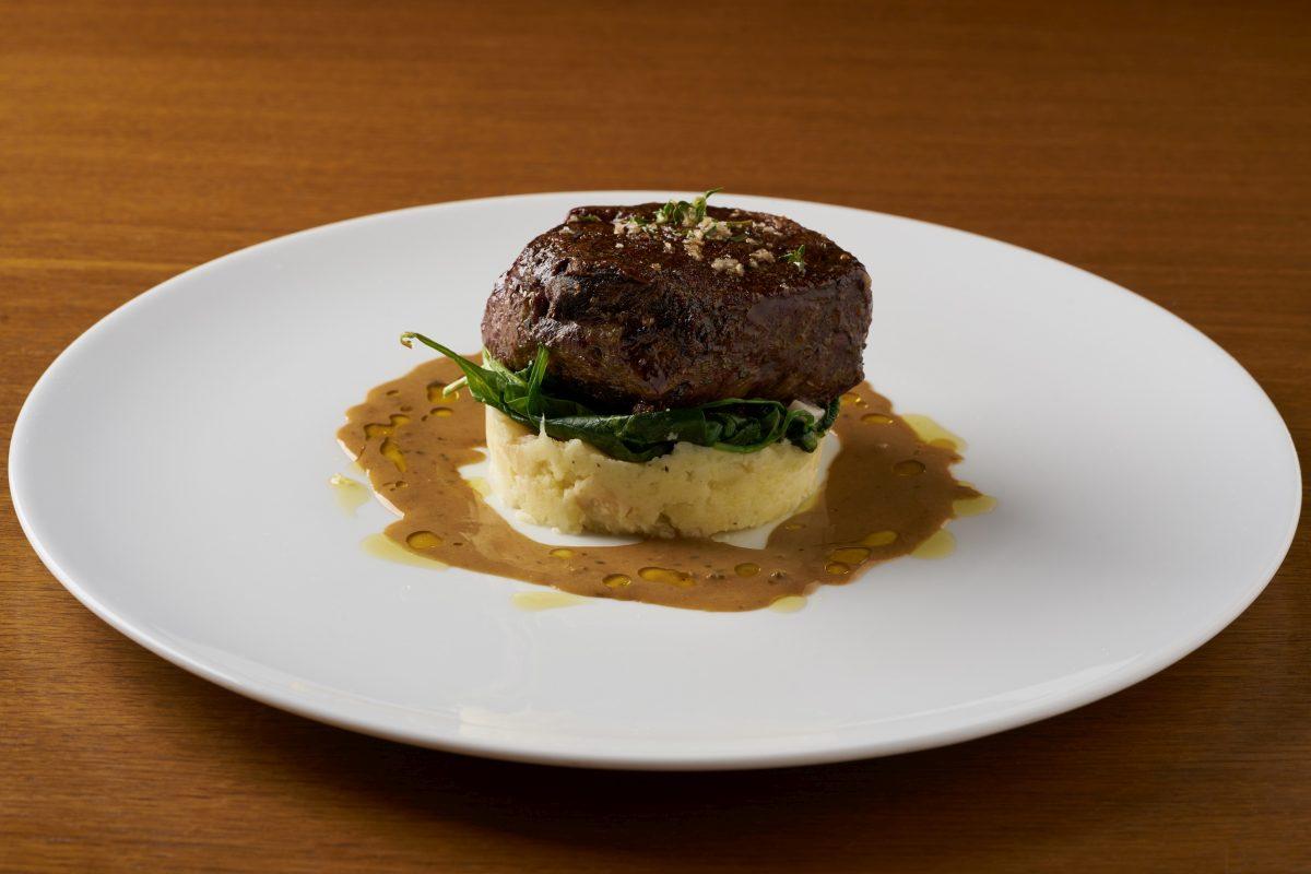 Biftek na grilu 200 g (steak z hovězí svíčkové s listovým špenátem celerovými šťouchačkami a pepřovou omáčkou s kapkou koňaku) 02