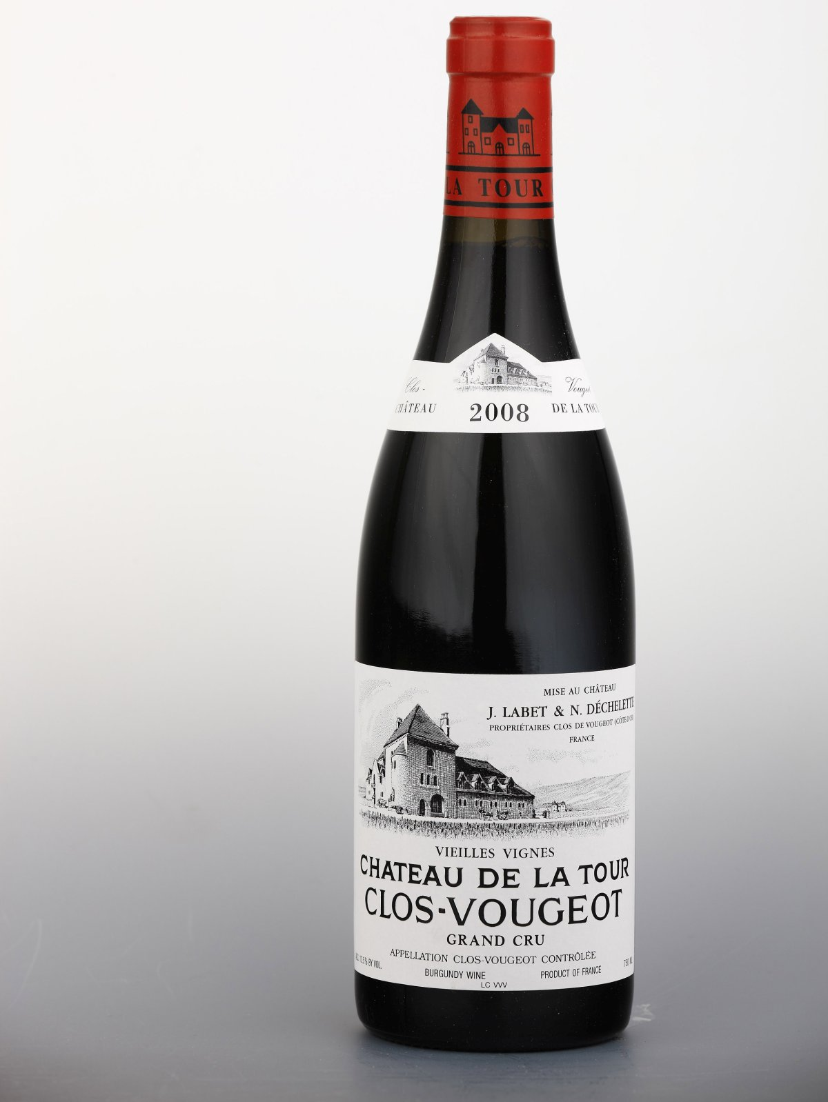 Château de la Tour, Clos Vougeot Grand Cru Vielles Vignes, 2013 Neuvěřitelně komplexní Vougeot ze stoletých vinic. Ve vůni objevíte aroma houbového podrostu a lesního ovoce, v chuti je velmi mohutný, s výrazným extraktem a velkým potenciálem k zrání. Cena: 5 395 Kč.