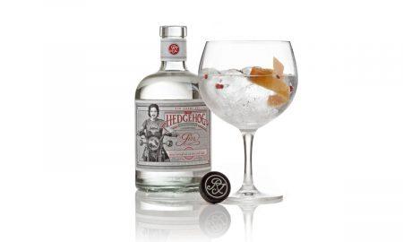Prémiový gin od výrobců rumů Ron de Jeremy. Při jeho výrobě se kromě tradičních bylinek používají také méně obvyklé rostlinné složky v čele s damianou a guaranou. Produkt se destiluje v Holandsku v 50letých měděných hrncích. Hedgehog Gin zaujme pikantním nádechem s květinovými a citrusovými tóny. V jeho chuti zaznamenáte také pepř či skořici. Cena: 729 Kč