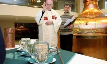 Monsignore František Radkovský žehná základním surovinám