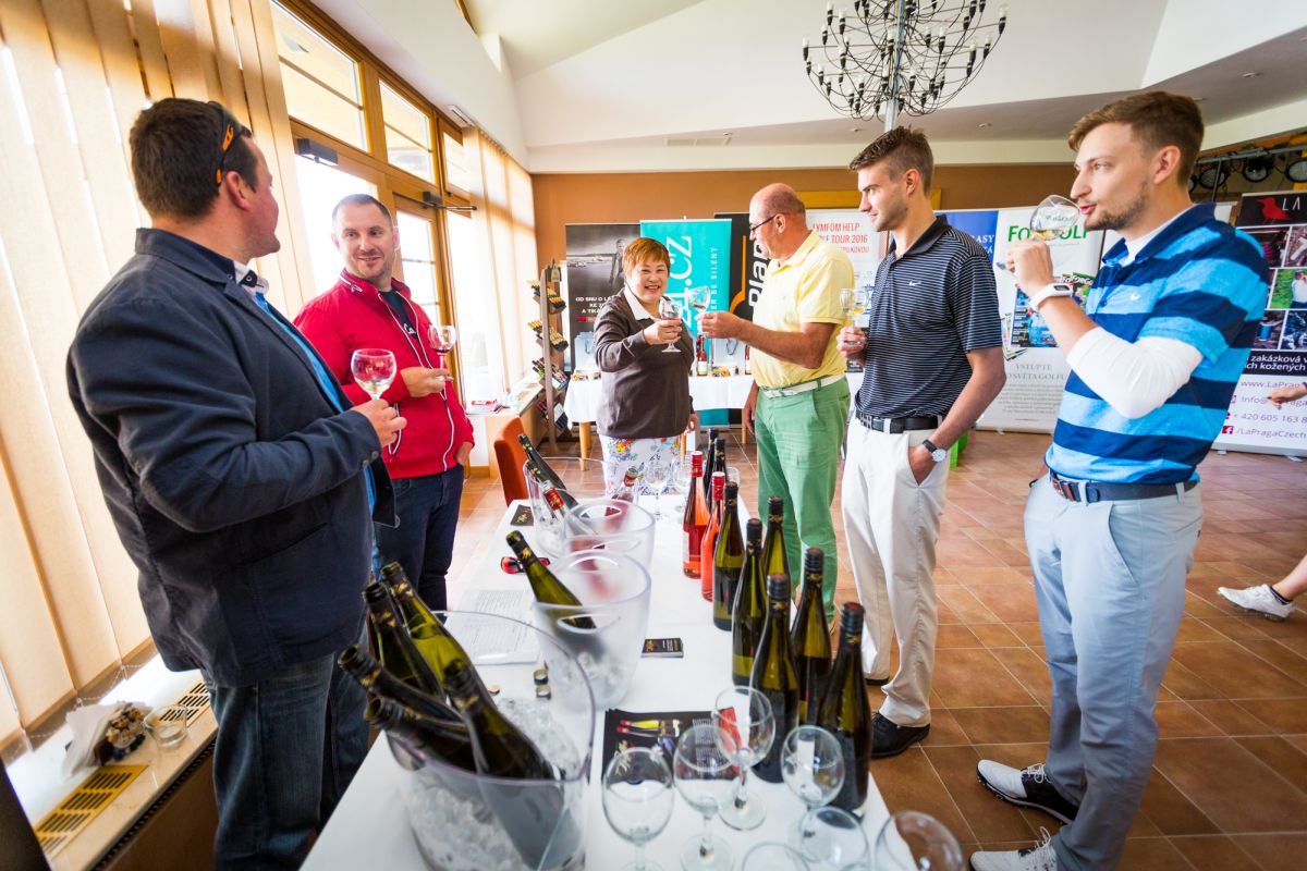 Ochutnávka limitovaného vína pro Lymfom Hellp Golf Tour s Klárou Spilkovou od vinařství Pfeffer