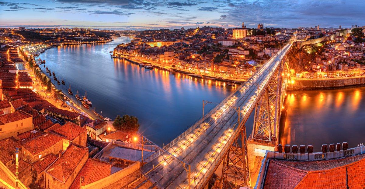 Lisabon je romantický, temperamentní a vzrušující. Noci jsou tady dlouhé a voní vínem a specialitami z mořských plodů.