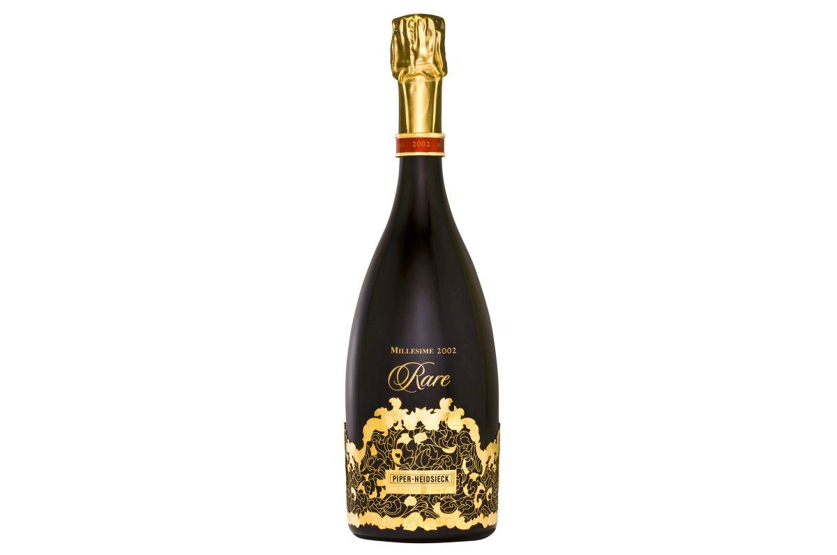 Piper-Heidsieck Rare Brut 2002 - To nejlepší z vinařství Piper-Heidsieck. Prestižní cuvée Champagne Rare se vyrábí vždy z těch nejlepších hroznů a jen v mimořádně vydařených letech. Od roku 1976 se tak stalo pouze osmkrát a to v letech 1979, 1985, 1988, 1990, 1998 1999 a 2002. Jedná se o komplexní šampaňské s vůní švestek, hub a koření, které ohromí elegantním a hedvábným perlením, za nímž najdete krásné strukturované víno s velmi dlouhou dochutí. Cena 4 295 Kč