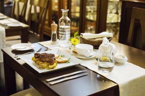 Speciální menu oslavující dekádu restaurantu U Emy Destinnové