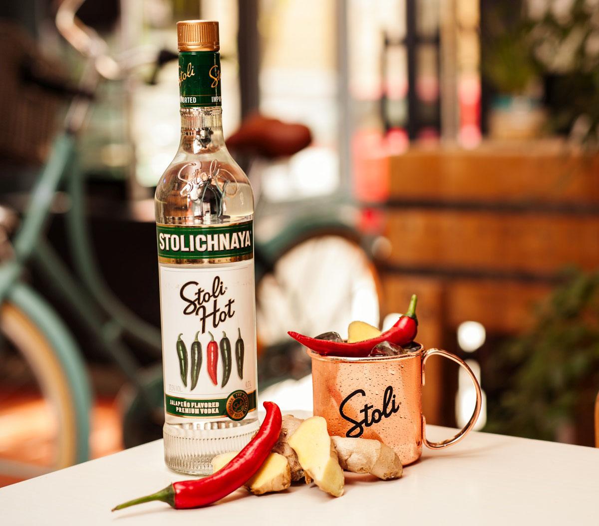Stoli Hot vodka je na východě známá pod označením Pertsovka. Jde o pikantní vodku, jejíž pálivost zajišťuje výtažek z papriček jalapeño. Poprvé se vyrobila v roce 2012 u příležitosti 50. výročí produkce ochucených vodek Stoli. Cena: 389 Kč