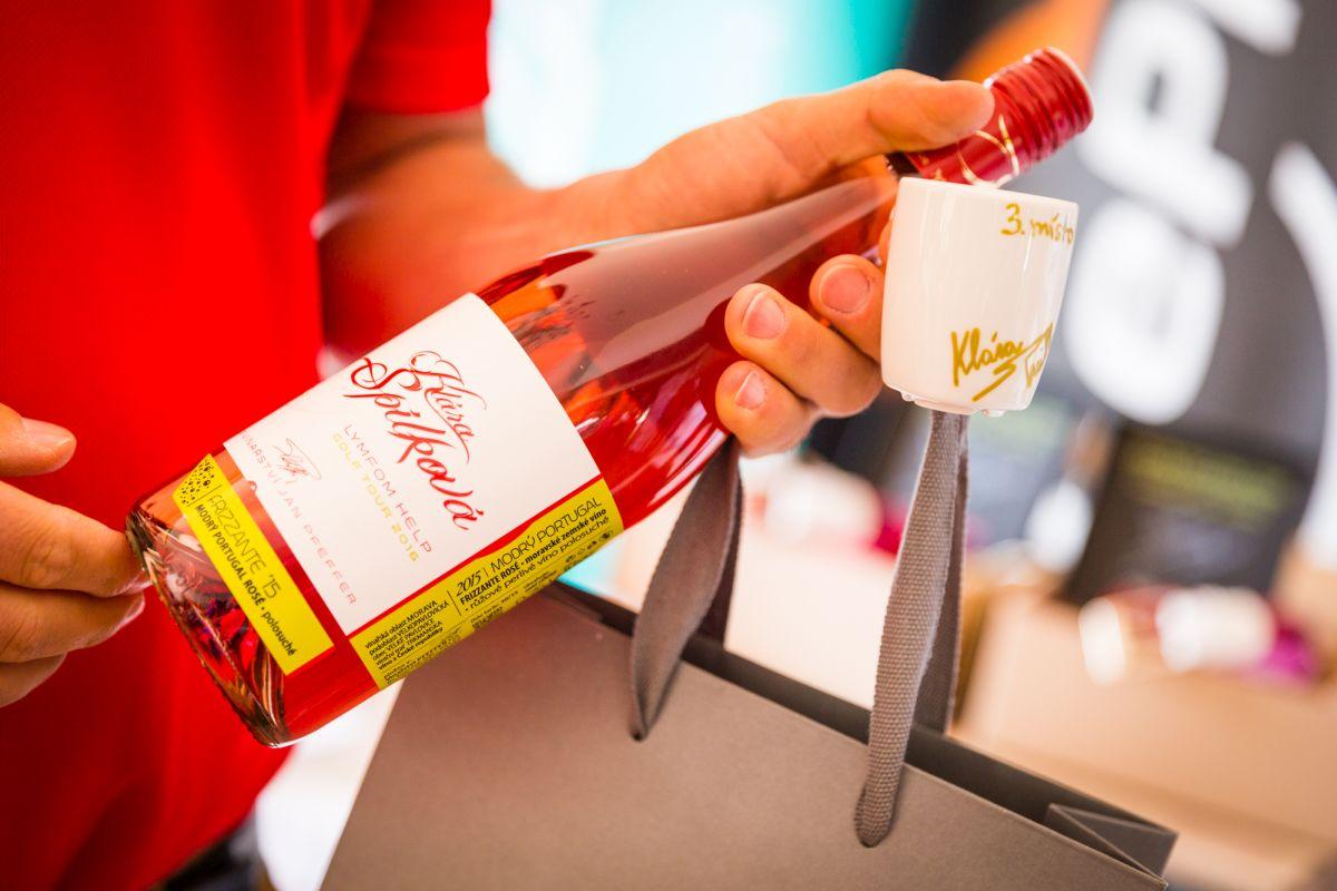 Víno a hrnek podepsaný Klárou Spilkovou