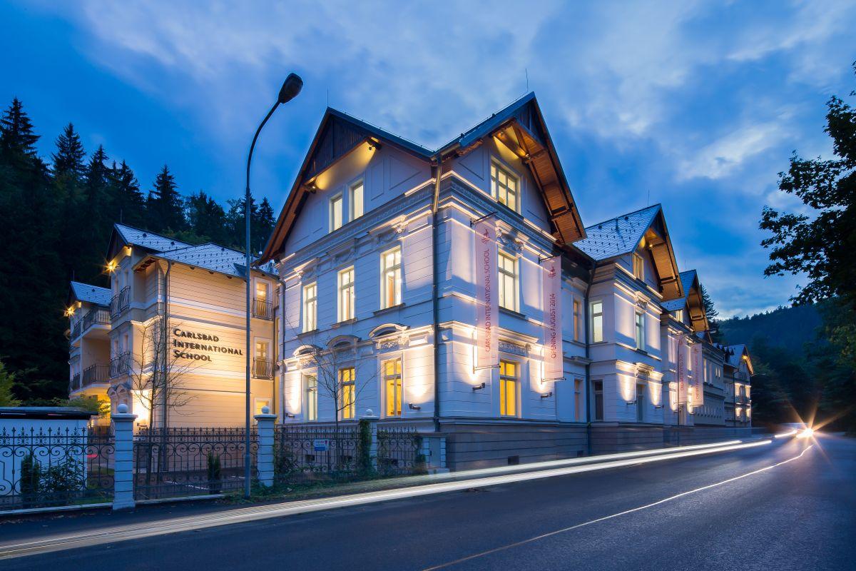 budova v noci