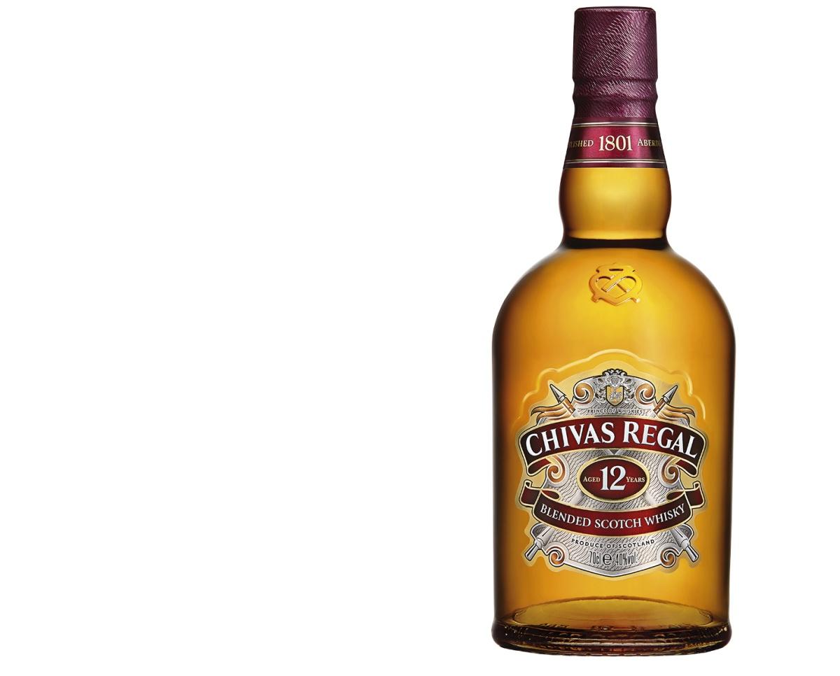 Chivas Regal 12YO: Ušlechtilá skotská whisky Chivas Regal je známkou luxusu a té nejvyšší kvality. Srdcem tohoto dvanáctiletého prémiového blendu jsou vyzrálé, lahodné single malts, harmonicky sladěné s nejkvalitnějšími grain whisky z celého Skotska. Tato whisky potěší zářivou jantarovou barvou, je bohatá a ovocná, v ústech kulatá a smetanová. Přináší chuť zralých, medem slazených jablek s tóny vanilky, lískových oříšků a karamelu. Pije se nejen čistá, ale je také bází luxusních variant koktejlů. Cena: 799 Kč