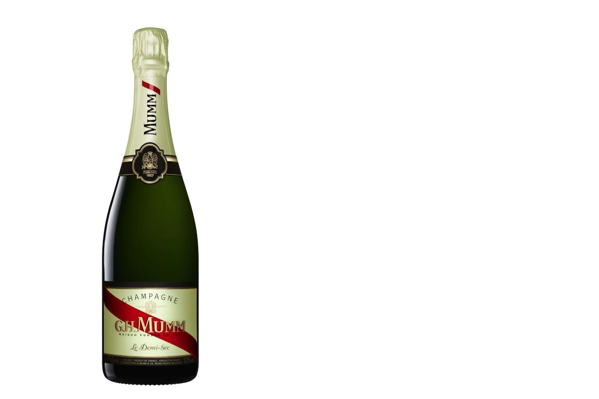 G.H.MUMM Demi-Sec: Francouzský vinařský dům G.H.MUMM navazuje na slavnou tradici šampaňských vín jako skvělého doplňku k dezertům a milovníkům sladkých vín představuje nové cuvée G.H.MUMM Demi-Sec. Šampaňské zlatavé barvy se žlutými a jantarovými záblesky se vyznačuje delikátní perlivostí se spoustou živých bublinek. Voní po broskvích, hruškovém džemu, nugátu a ovocném želé, postupně se rozvíjejících do voňavého medu, perníku a sušeného ovoce. Chuť je hladká, zakulacená a sladká po medovém cukroví, s výraznou svěžestí v závěru. Po několikaletém zrání ve sklepě se zvýrazní tóny sušeného ovoce. Cena 1.149 Kč