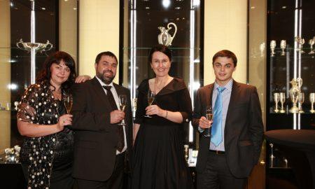 Všechny hosty slavnostního otevření nového butiku uvítali zástupci Agat Jewellery Sergej Gutenko (druhý zleva) s manželkou Larisou (první zleva), synem Viktorem a paní Oksanou Gorobcovou