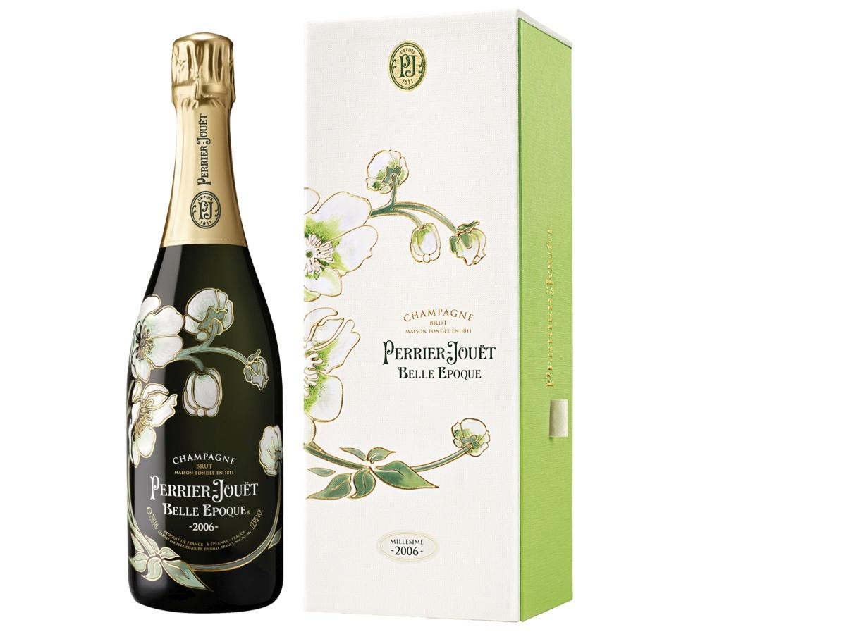 Perrier-Jouët Belle Epoque: Luxusní šampaňské Belle Epoque ohromí jiskrnou barvou světlého až bílého zlata s jemně nažloutlým odstínem, svěží perlivostí a lehkou ovocnou vůní s exotickými tóny. Aroma je velmi intenzivní, komplexní a delikátní. Jedná se o ročníkové cuvée, výjimečné svou podmanivostí a vznešeností. Láhev s ručně malovanými secesními motivy ukrývá to nejlepší, co nabízí šampaňský dům z Épernay. Cena 3.399 Kč