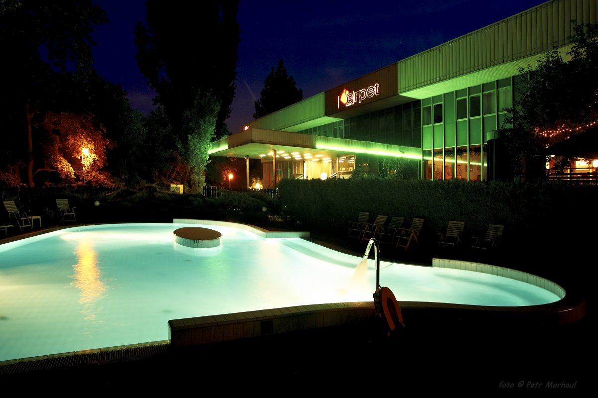 večerní bazén